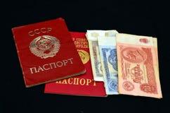 Sovjetpaspoorten en geld Stock Foto's