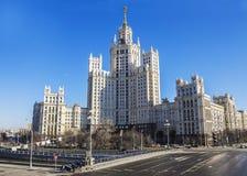 Sovjetwolkenkrabber in Moskou, Rusland stock foto's