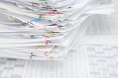 Sovraccarichi il documento del rapporto di posto variopinto del paperclip sconcertante Immagine Stock