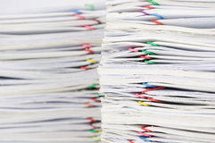 Sovraccarichi la carta della ricevuta e riferisca con il paperclip variopinto Immagine Stock