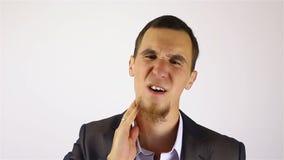 Sovraccarico stressante del lavoro per l'uomo d'affari con una barba archivi video