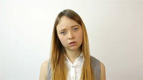Sovraccarico stressante del lavoro per una giovane donna affaticamento archivi video