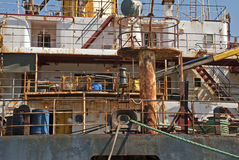 Sovrastruttura arrugginita di una nave fotografia stock