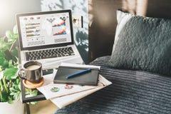 Sovrum arbetsplats utan folk, närbild av bärbara datorn med grafer, diagram, diagram på skärmen på tabellen, skrivbord Royaltyfria Foton