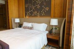 Sovrum av det lyxiga följet i hotell i Hong Kong Arkivbild
