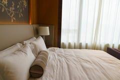 Sovrum av det lyxiga följet i hotell i Hong Kong Fotografering för Bildbyråer
