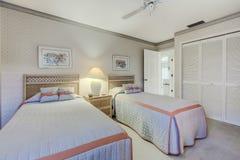 Sovrum för gäst Florida för privat hem med två tvilling- sängar Arkivfoto