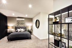 Sovrum för mörk färg med inklusive antikviteter för en hylla Arkivfoto