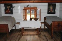 Sovrum i byhus i frilufts- museum royaltyfria foton