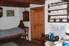 Sovrum i byhus i frilufts- museum arkivbild