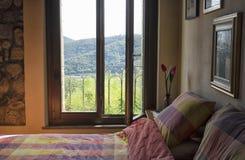 Sovrum i en lägenhet Arkivbild