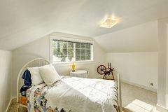Sovrum i gammalt bygdhus med antik säng Fotografering för Bildbyråer