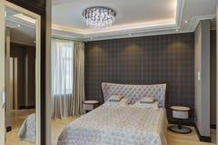 Sovrum i grå färg och vägg i kontrollerat tryck arkivfoto