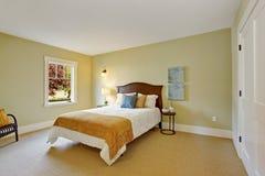 Sovrum i ljus mintkaramellfärg med vit säng Royaltyfria Bilder