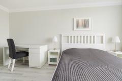 Sovrum i modern design royaltyfri foto