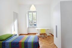 Sovrum i modern lägenhet Arkivbilder