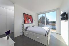 Sovrum i modernt semesterhus arkivbilder