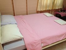 Sovrum i thailändsk semesterortstil arkivbilder