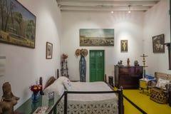 Sovrum inom utställningen av Frida Kahlo Museums Collectione royaltyfria bilder