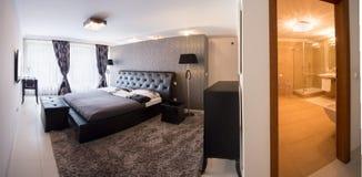 Sovrum med badrummet royaltyfri bild