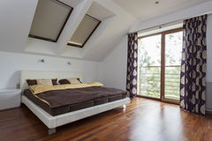 Sovrum med balkongen Arkivfoto