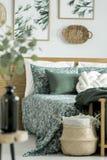 Sovrum med blom- motiv Arkivfoto