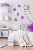 Sovrum med den dekorativa väggen arkivbild