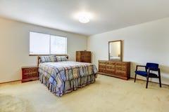 Sovrum med den sned wood möblemanguppsättningen Royaltyfri Fotografi