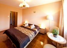 Sovrum med den violetta sängöverkastet Arkivbild