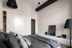 Sovrum med den vita tegelstenväggen royaltyfria bilder
