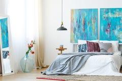 Sovrum med DIY målade kuddar fotografering för bildbyråer
