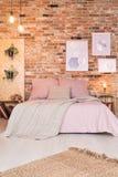 Sovrum med dubbelsängen royaltyfri fotografi