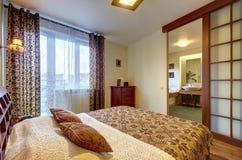 Sovrum med en sikt av badrummet Royaltyfri Fotografi