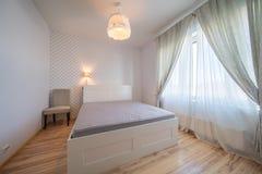 Sovrum med fönstret Fotografering för Bildbyråer
