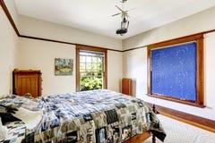 Sovrum med gardinen för himmelblått Arkivfoton