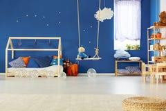 Sovrum med gunga Arkivfoto