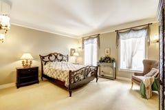 Sovrum med härlig sniden wood säng Royaltyfria Foton