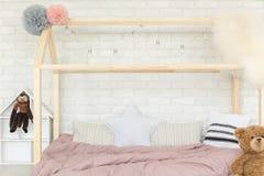 Sovrum med hussäng fotografering för bildbyråer