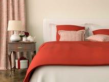 Sovrum med röda garneringar arkivbild