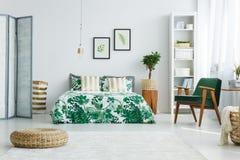 Sovrum med skärmen, säng, fåtölj arkivfoton