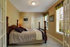 Sovrum med sniden wood säng Royaltyfri Foto
