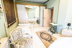 Sovrum med spegeln Royaltyfri Bild