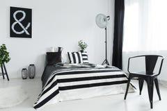 Sovrum med stol arkivfoto