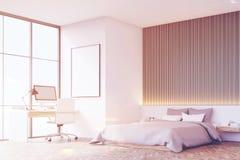 Sovrum med trägolvet, tabell, sidosikt som tonas Royaltyfri Fotografi
