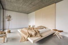 Sovrum med trätaket Royaltyfri Bild