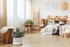 Sovrum med växter arkivbild