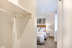 Sovrumingång med den vita väggar och klänninghängaren arkivbilder