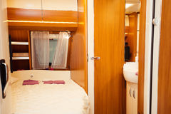 Sovruminre av husvagn som används som permanent hem Royaltyfri Bild