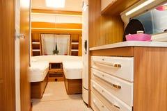 Sovruminre av husvagn som används som permanent hem Royaltyfri Fotografi