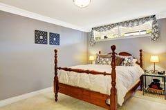 Sovruminre med gammal lantlig säng Arkivfoto